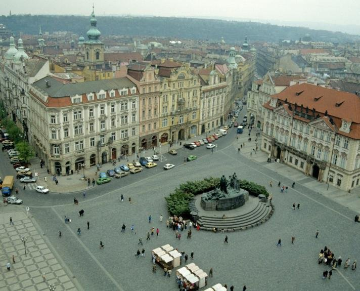 Old Town Square: monument to Jan Hus